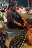 Frau, die Fische vorbereitet Stockfotos