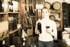 Frau, die Flasche Wein hält Lizenzfreies Stockbild
