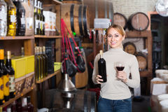 Frau, die Flasche Wein hält Stockfotografie