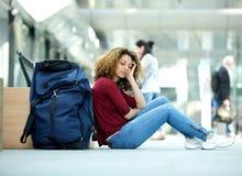 Frau, die am Flughafen mit Gepäck schläft Stockbild