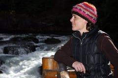 Frau, die in Flussfällen schaut Lizenzfreie Stockfotos