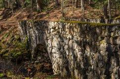 Frau, die Foto der alten Steinbrücke auf der Straße zum santan macht Stockbilder