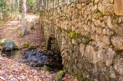 Frau, die Foto der alten Steinbrücke auf der Straße zum santan macht Stockfoto