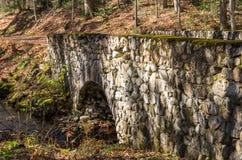 Frau, die Foto der alten Steinbrücke auf der Straße zum santan macht Lizenzfreie Stockbilder