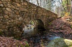 Frau, die Foto der alten Steinbrücke auf der Straße zum santan macht Stockfotos