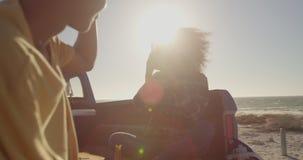 Frau, die Foto des Mannes mit Handy auf dem Strand 4k macht stock footage