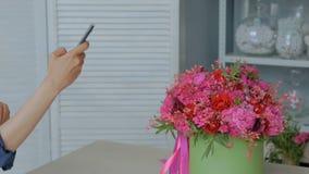 Frau, die Foto des schönen Blumenstraußes mit Smartphone macht stock video footage