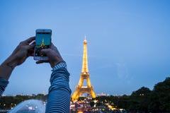 Frau, die Foto des Turms macht Lizenzfreies Stockfoto