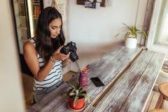 Frau, die Foto für ihr Blog macht Stockbilder