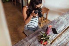 Frau, die Foto für ihr Blog macht Stockbild