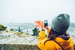 Frau, die Foto an ihrem Telefon der alten europäischen Stadt macht Stockbild