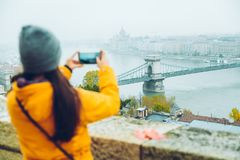 Frau, die Foto an ihrem Telefon der alten europäischen Stadt macht Stockfotos