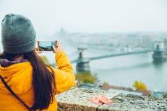 Frau, die Foto an ihrem Telefon der alten europäischen Stadt macht Lizenzfreie Stockfotos