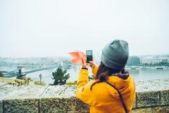Frau, die Foto an ihrem Telefon der alten europäischen Stadt macht Lizenzfreies Stockfoto