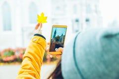 Frau, die Foto an ihrem Telefon der alten Kirche macht Lizenzfreie Stockfotos