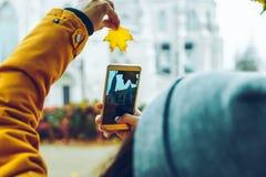 Frau, die Foto an ihrem Telefon der alten Kirche macht Lizenzfreies Stockbild