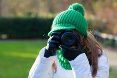 Frau, die Foto im Freien bildet Stockfoto