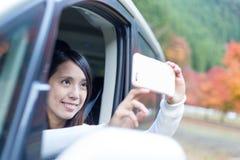 Frau, die Foto innerhalb eines Autos macht Lizenzfreies Stockfoto