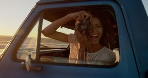 Frau, die Foto mit Digitalkamera im Kleintransporter am Strand 4k macht stock video footage