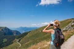 Frau, die Foto mit ihrem Telefon von Monte Baldo macht stockfotografie