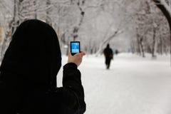 Frau, die Foto mit Kamera macht. Moskau. Russland. Lizenzfreies Stockfoto