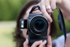 Frau, die Foto mit Kamera nimmt Lizenzfreie Stockbilder