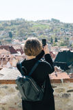 Frau, die Foto mit Smartphone macht Stockfoto