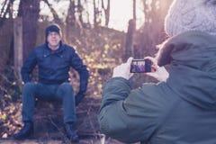 Frau, die Foto von snior Mann im Wald macht Lizenzfreie Stockbilder