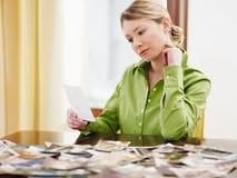 Frau, die Fotos betrachtet lizenzfreie stockfotografie