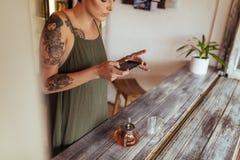 Frau, die Fotos für ihr Blog macht Lizenzfreie Stockfotos
