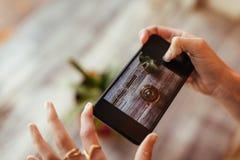 Frau, die Fotos für ihr Blog macht Lizenzfreie Stockbilder