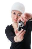 Frau, die Fotos mit einer Digitalkamera macht Stockbilder