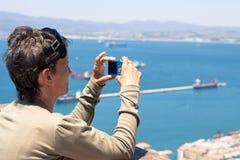 Frau, die Fotos mit Kompaktkamera macht stockbilder