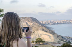 Frau, die Fotos in Schloss Alicantes Santa Barbara macht Stockbild