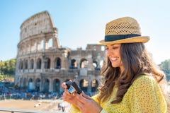Frau, die Fotos vor colosseum überprüft Lizenzfreie Stockfotos