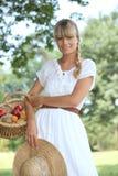 Frau, die Früchte sammelt Stockfotos