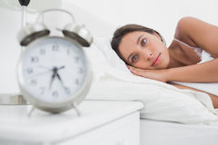 Frau, die früh im Bett aufwacht lizenzfreie stockfotos