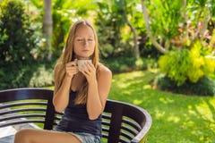 Frau, die Frühstück auf der Terrasse isst Dieser Energieauftrieb für den ganzen Tag lizenzfreie stockbilder