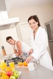 Frau, die Frühstück in der Küche zubereitet stockfoto