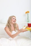 Frau, die Frühstück im Bett empfängt Lizenzfreie Stockbilder