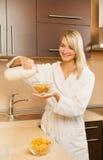 Frau, die Frühstück zubereitet Stockfoto