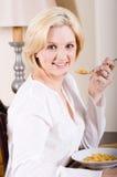 Frau, die Frühstückskost aus Getreide isst Lizenzfreies Stockfoto