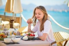 Frau, die Früchte in einem Strandrestaurant isst Lizenzfreies Stockfoto