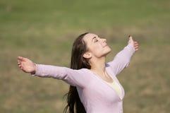 Frau, die frei in Natur glaubt Stockbild