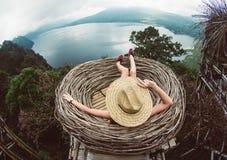 Frau, die frei die Welt reisend glaubt stockfotografie