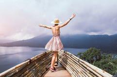 Frau, die frei die Welt reisend glaubt lizenzfreie stockbilder