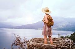 Frau, die frei die Welt reisend glaubt stockfoto