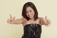 Frau, die Friedenszeichen anzeigt Lizenzfreie Stockfotografie