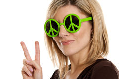 Frau, die Friedenszeichen gibt lizenzfreies stockbild