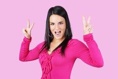 Frau, die Friedenszeichen macht Lizenzfreies Stockfoto
